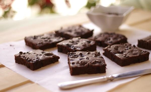 Tamsusis pyragas su serbentais ir šokolado traškučiais
